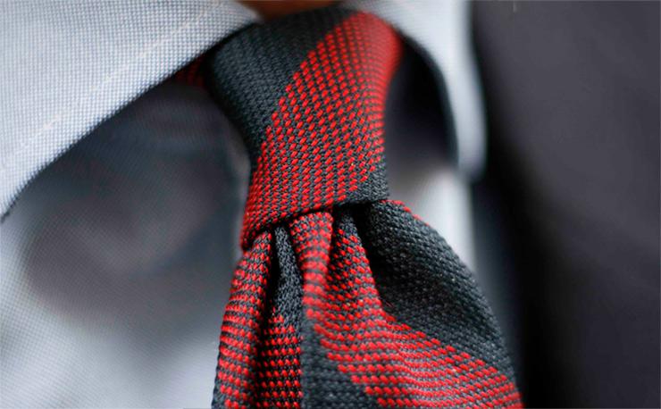Cravate Club Cinabre rouge chemise bleue zoom