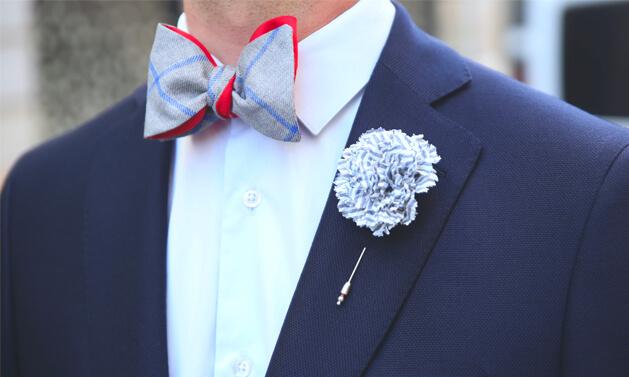 noeud papillon lin gris avec chemise blanche et boutonnière par Cinabre