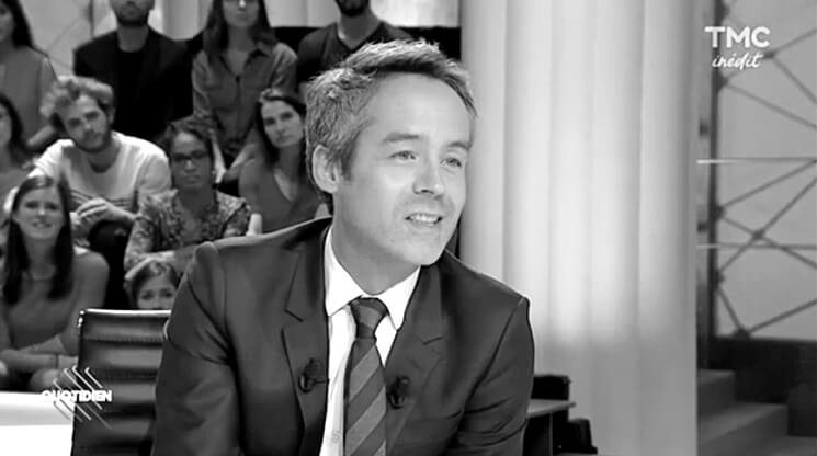 Yann Barthès avec cravate Cinabre